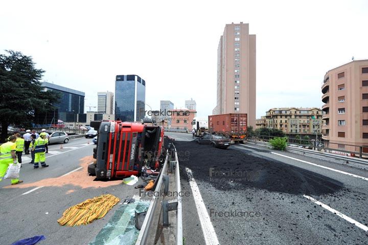 Genova ovest 07 2011 - accumulazione nero in autostrada, un camion di sale avrebbe prodotto un cromatismo diverso - foto DP / FRK
