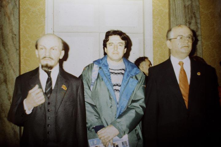 Londra, 1991 - mio padre Giovanni fotografato tra le wax figures di Lenin e Gorbaciov - foto DP / FRK