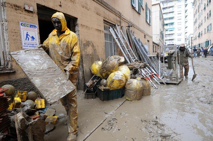 Genova, 06 11 2011 - la prima domenica dopo l'alluvione in Piazza Adriatico -  accumulazione transitoria arancione - foto DP / FRK
