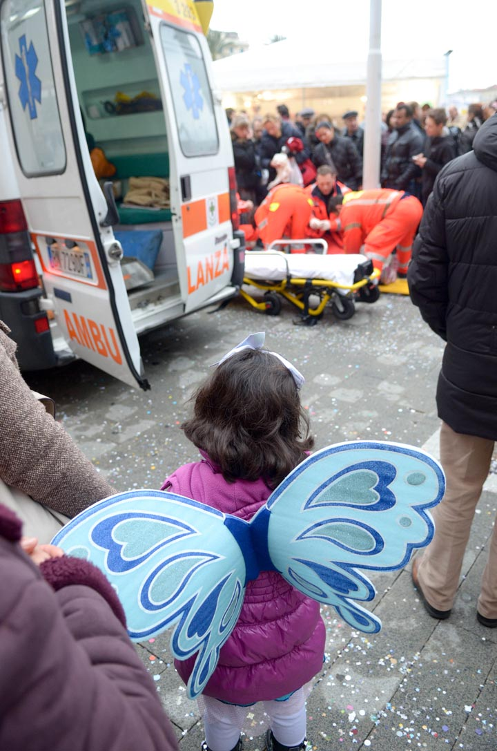 Genova, 19 02 2012 - una bambina assiste a un intervento della croce rossa durante il carnevale - un'altra bambina, giocando ai coriandoli, corre e sbatte la testa contro un palo - trasportata in codice giallo al pronto soccorso, per lei solo un brutto bernoccolo - foto DP / FRK
